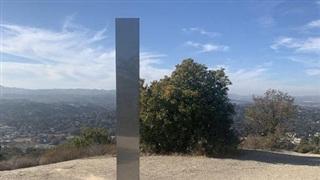 Thêm một khối kim loại bí ẩn xuất hiện trên đỉnh núi ở California, chuyện gì đang xảy ra?