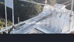 Khoảnh khắc kính viễn vọng gần nghìn tấn đổ sập