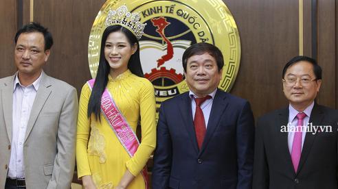 Đỗ Thị Hà nổi bật trong lần đầu về lại trường Đại học sau khi đăng quang Hoa hậu Việt Nam 2020