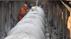 Dùng công nghệ khoan kích ngầm đặt ống cống dưới lòng sông Tô Lịch