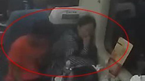 Ngủ quên trên tàu, cô gái liên tục bị quấy rối và phản ứng gây sốc của thủ phạm khi bị bắt quả tang
