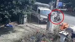 Tránh xe máy sang đường ẩu, xe tải lao thẳng vào nhà dân