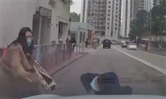 Clip người mẹ bất cẩn để con bị ôtô tông văng xa, may mắn thoát chết