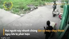 Bị chủ nhà truy đuổi, 2 tên trộm xe máy bỏ chạy trối chết