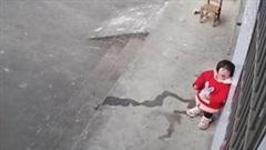 Rơi nước mắt cảnh bé gái bất lực gọi bố mẹ qua camera