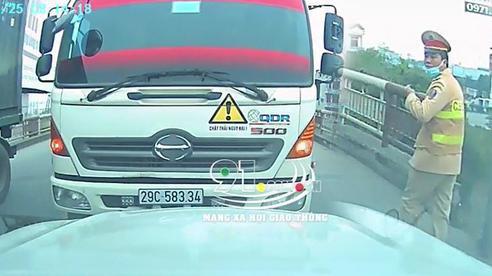 Đi sai còn tỏ thái độ, tài xế xe môi trường liền thay đổi 180 độ khi thấy CSGT, màn chốt cuối mới 'bá đạo'