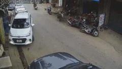 Nữ tài xế lùi ô tô bất cẩn, tông đổ hàng loạt phương tiện
