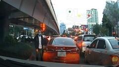 Cố chen rồi chặn đường rẽ trái, tài xế ô tô còn 'gân cổ' là mình đúng