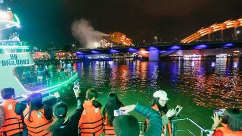 Du khách hào hứng trải nghiệm du thuyền miễn phí ngắm sông Hàn lung linh về đêm