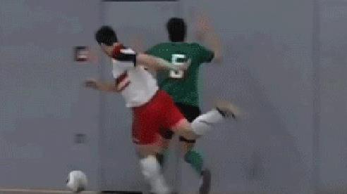 Góc đen đủ đường: Bị đau vì đối thủ xô mạnh vào cửa đã đành, cầu thủ futsal còn suýt ăn đòn oan bởi một nhân vật không ngờ tới