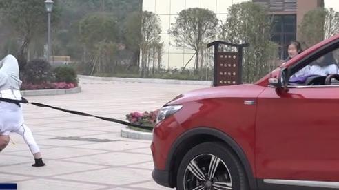 'Dị nhân' trồng cây chuối kéo xe ô tô băng băng trên đường