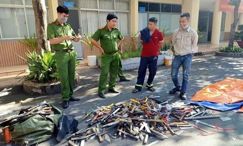 Công an Q.Tân Bình tiêu hủy 'kho' súng đạn và hung khí nguy hiểm