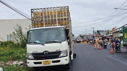 CLIP: Hiện trường xe tải chở gà lấn đường khiến người đi xe máy chết thảm