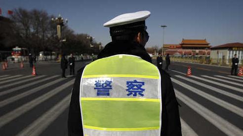 Cảnh sát giao thông nhanh chân né kịp chiếc ô tô mất lái