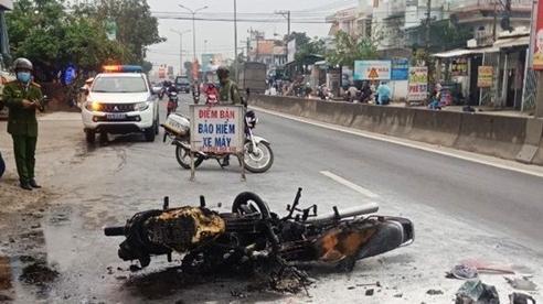 Quảng Nam: Xe máy bốc cháy ngùn ngụt sau va chạm, 1 người bỏng nặng