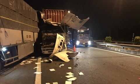 Tài xế thoát chết trong gang tấc khi xe đầu kéo tông xe tải