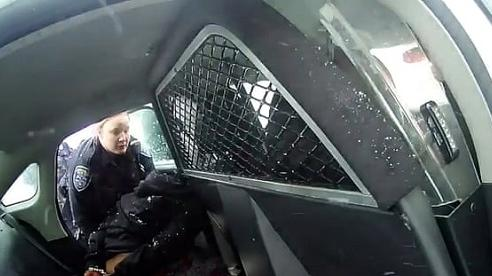 Cảnh sát Mỹ bị chỉ trích khi còng tay và xịt hơi cay vào bé gái 9 tuổi