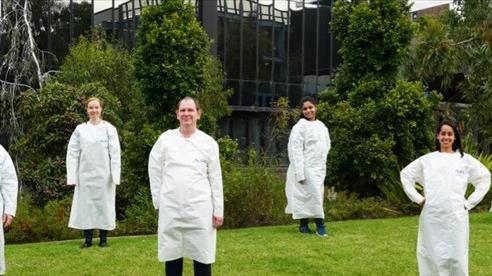 Nghiên cứu đột phá về áo choàng bảo hộ bằng giấy chống Covid-19