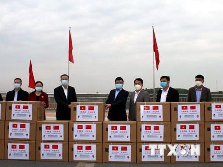 Thành phố Đông Hưng trao tặng khẩu trang, vật tư y tế cho Quảng Ninh