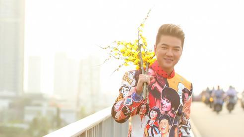 Đàm Vĩnh Hưng diện áo in hình Hoài Linh, Mỹ Tâm đi dạo phố