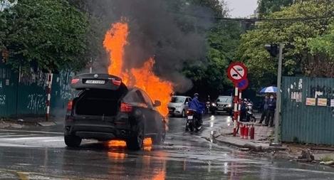 Siêu SUV thể thao BMW cháy trơ khung trên đường Tố Hữu