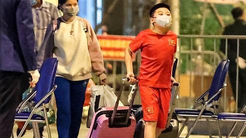 15 học sinh Tiểu học Xuân Phương hết cách ly tại trường, lỉnh kỉnh đồ đạc trở về nhà khi năm mới đã cận kề