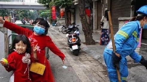 Xúc động hình ảnh 2 bé gái mặc áo dài với gương mặt đong đầy hạnh phúc cùng mẹ đi làm ngày mùng 1 Tết
