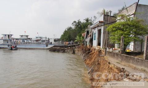 Sạt lở làm 3 người đi phà rớt xuống sông, 6 căn nhà bị nhấn chìm