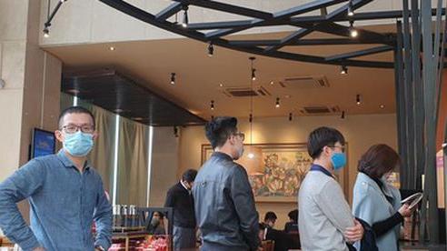 Đi uống cà phê, hàng trăm người ở Hà Nội bị xử phạt vì không đeo khẩu trang, cố tình mở cửa hàng kinh doanh