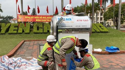 Cận cảnh việc lắp đặt cây ATM gạo đầu tiên tại Hải Dương