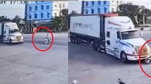 Clip: Xe máy lao sang đường như tên bắn, va thẳng đầu xe container