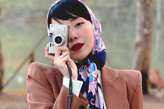 Sao Việt và mốt quàng khăn giống 'Cô gái Hà Lan'