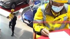 Đến showroom ô tô giao hàng, anh shipper thấy chiếc xe có màu yêu thích liền vội 'chốt đơn' mua luôn tại chỗ, đáng khen là thái độ phản ứng cực nhanh của nhân viên