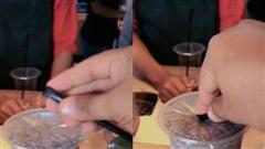 Ống hút không có đầu nhọn thường rất khó cắm thủng nắp nilon, nhưng chỉ cần một thao tác nhỏ là có thể đâm xuyên thật dễ dàng