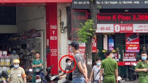 Vụ cướp rồi gây tai nạn, 2 người chết ở TP.HCM: Nghi phạm chống nạng đến hiện trường