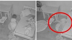 Nghe tiếng con gái khóc thét gọi mẹ, gia đình kiểm tra camera rồi rụng rời chân tay khi thấy cảnh tượng quái dị lúc con chui xuống gầm giường