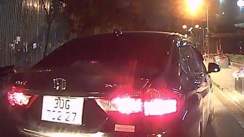Sau va chạm, hai ô tô đuổi nhau trên phố Hà Nội trong đêm khuya