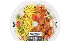 Chuỗi siêu thị nổi tiếng Hà Lan bị khách hàng phản ánh bán phở Việt Nam có sợ phở màu vàng và thịt gà chặt miếng đến mức phải hạ khỏi giá để hàng