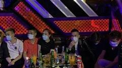 33 nam nữ thác loạn tập thể trong quán karaoke