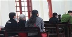 Xót xa mẹ già 80 tuổi đến dự tòa 'tiễn' con gái vào tù