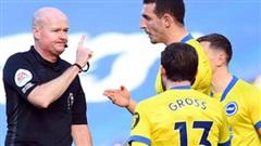 Thảm họa trọng tài Premier League: Hai lần bẻ còi với 1 tình huống