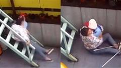 Đang bế con nhỏ thì trượt ngã cầu thang, người mẹ hành động ngay tức khắc khiến ai nhìn cũng thấy cảm động vô cùng
