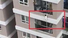 Nam thanh niên đỡ bé gái 2 tuổi rơi từ lan can tầng 12 chung cư xuống