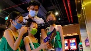 Người dân xếp hàng mua vé khi các cụm rạp tại TP.HCM hoạt động trở lại