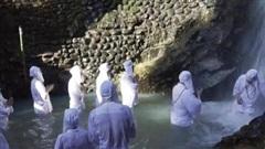 Độc đáo cách thư giãn đứng dưới thác nước lạnh run người ở Nhật Bản