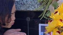 Ca sĩ Phương Loan gây xúc động với nụ hôn dành cho cố NS Chí Tài