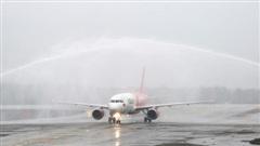 Nghi thức đặc biệt đón chào những hành khách đầu tiên từ TP HCM tới sân bay Vân Đồn