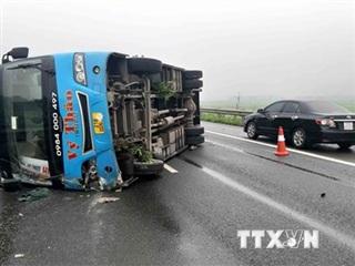 Xe khách bị lật trên cao tốc Nội Bài-Lào Cai, 1 người bị thương