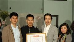 Trao bằng khen của Bộ trưởng Bộ LĐ-TB&XH cho anh Nguyễn Ngọc Mạnh