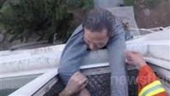 Cụ ông 70 tuổi lơ lửng ngoài cửa sổ tầng 3 vì lý do không ngờ